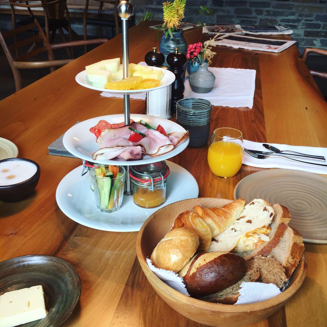 Frühstück Wiesergut Wiesernbrot Orangensaft Käse Wurst